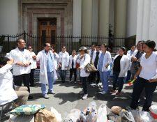 A finales del 2018, los médicos llevaron a cabo varias manifestaciones para exigir la mejora salarial.  Ahora volverán a las calles. (Foto Prensa Libre: Hemeroteca PL)