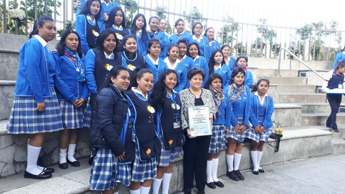 La maestra Gloria Elizabeth Navas Escobedo, graduada hace 50 años en el Instituto Normal Central para Señoritas Belén, recibe  reconocimiento del Banco Industrial por su labor . (Foto Prensa Libre: Eslly Melgarejo)
