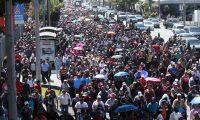 Maestros caminan por la Avenida de La Reforma para defender el pacto colectivo suscrito. (Foto Prensa Libre: Esbin García)