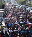 Miles de maestros caminan por la séptima avenida, zona 4, hacia el centro capitalino. (Foto Prensa Libre: Esbin García)