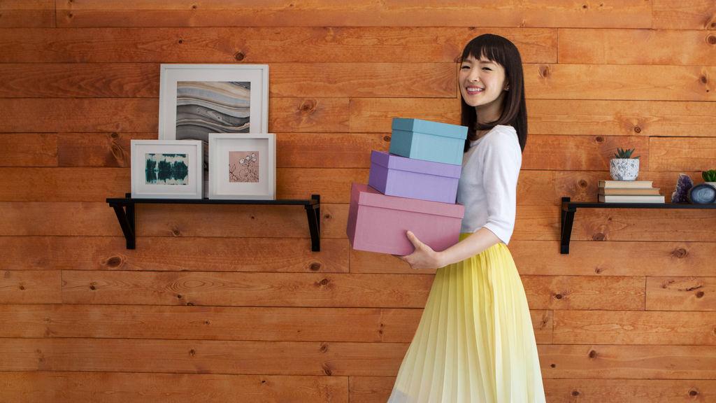 ¡A ordenar con Marie Kondo! Es una serie de transformaciones inspiradoras que ayuda a los usuarios a deshacerse de lo que sobra y elegir la felicidad. (Foto Prensa Libre: Netflix)