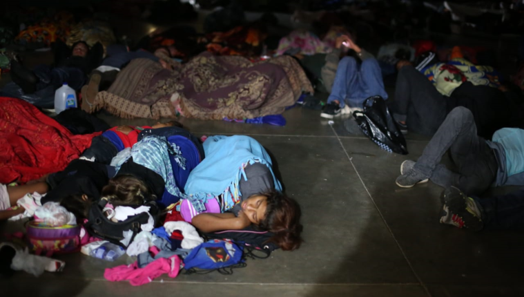 Un grupo de migrantes duerme en el albergue instalado en el colegio San Benito de Esquipulas, Chiquimula. (Foto Prensa Libre: Carlos Hernández)