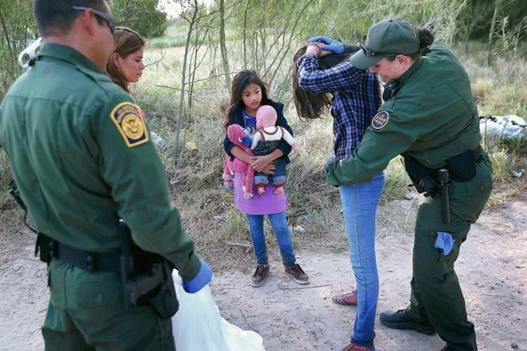 Una mujer que llegó a EE. UU. con sus hijos es registrada por agentes de la Patrulla Fronteriza. (Foto Prensa Libre: Hemeroteca PL)