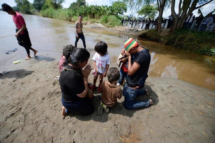 Una familia migrante llega a la frontera entre Guatemala y México, a orillas del río Suchiate. (Foto Prensa Libre: Hemeroteca PL)