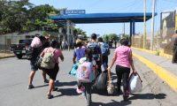 La falta de oportunidades en el país, obliga a familias enteras a migrar, Estados Unidos es el objetivo. Esta movilidad incide en la deserción escolar. (Foto Prensa Libre: Hemeroteca PL)