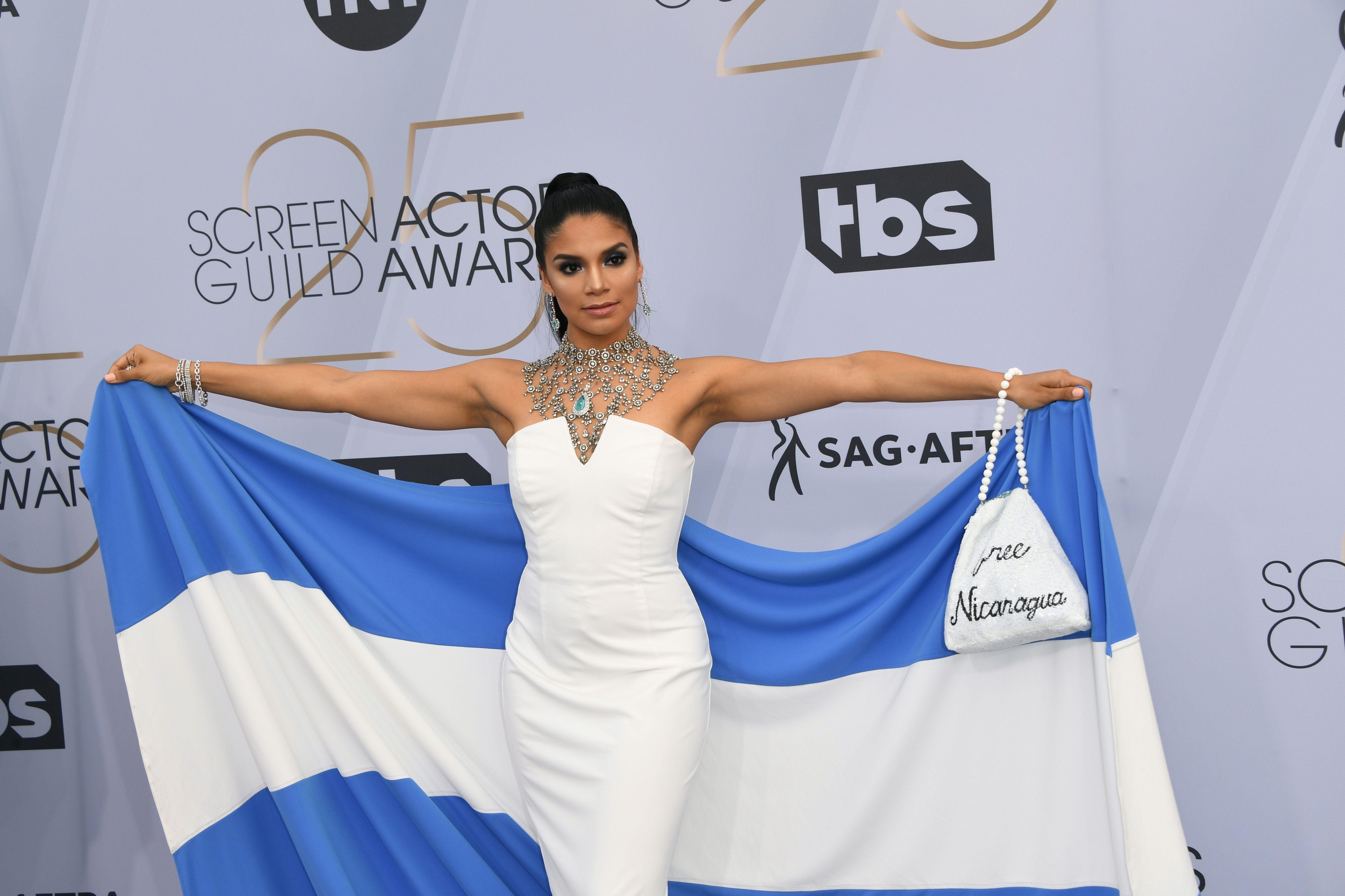 Shakira Barrera durante la 25 entrega de los premios SAG se presentó vistiendo un atuendo con un mensaje por Nicaragua. (Foto Prensa Libre: Photo by Mark RALSTON / AFP)
