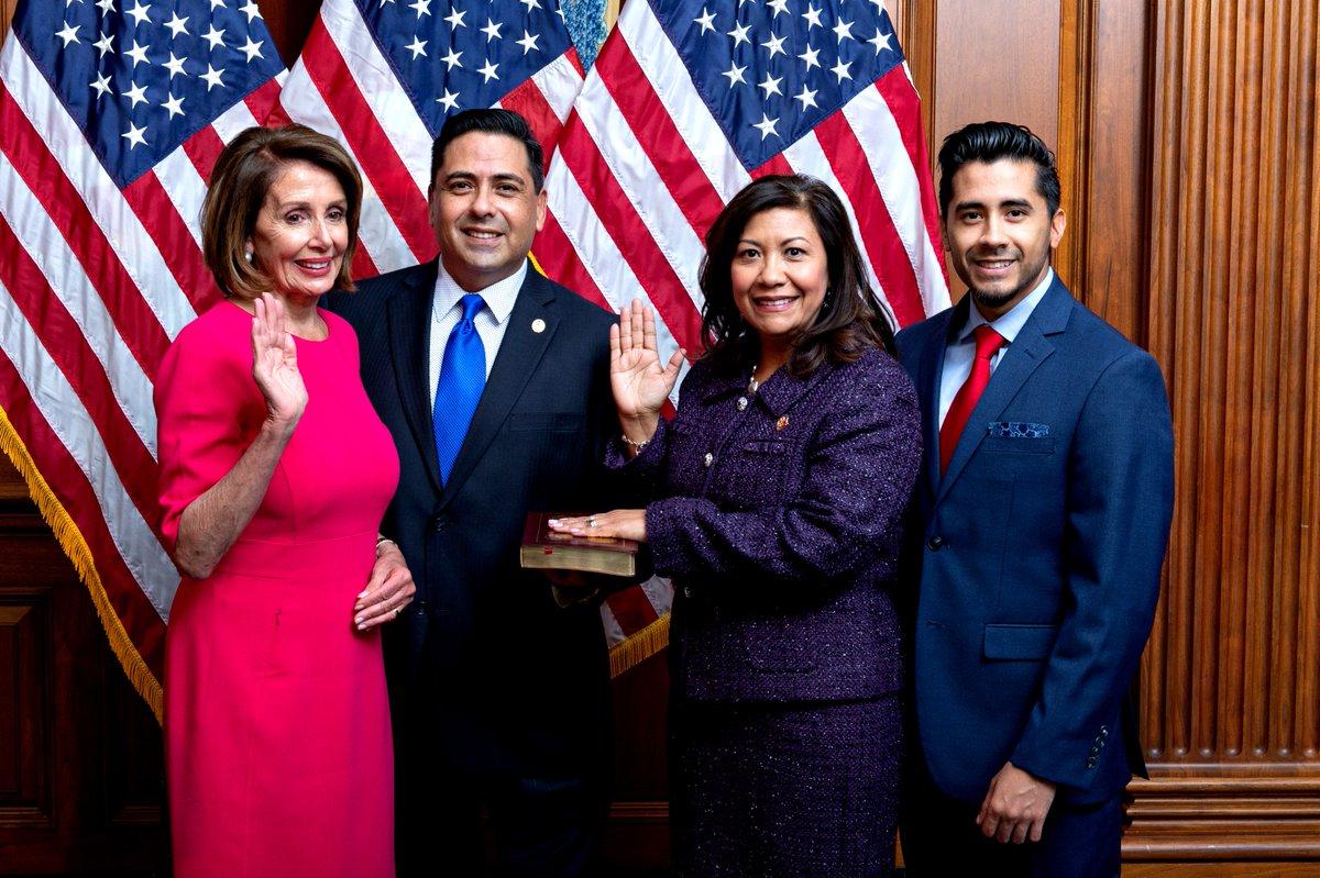Norma Torres, segunda de derecha a izquierda, el día que juró para su tercer periodo en el  Congreso de EE. UU.  Con ella, la líder demócrata Nancey Pelosi (rosado), su esposo Luis Torres y su hijo Roberto Torres. (Foto: Twitter)
