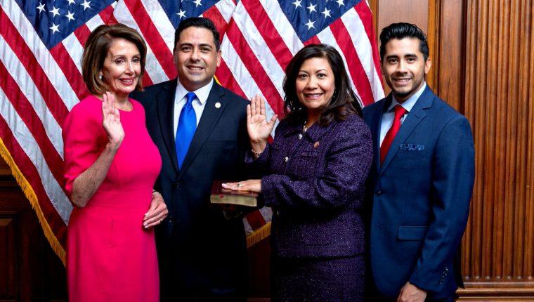Norma Torres, segunda de derecha a izquierda, el día que juró para su tercer periodo en el  Congreso de EE. UU.  Con ella, la líder demócrata Nancy Pelosi (rosado), su esposo Luis Torres y su hijo Matthew Torres. (Foto: Twitter)