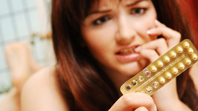 Algunas mujeres deciden tomar la píldora sin receso, para evitar la menstruación y los dolores menstruales (GETTY IMAGES)
