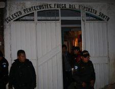 Agentes custodian el inmueble donde fue encontrado el cadáver. (Foto Prensa Libre: PNC)