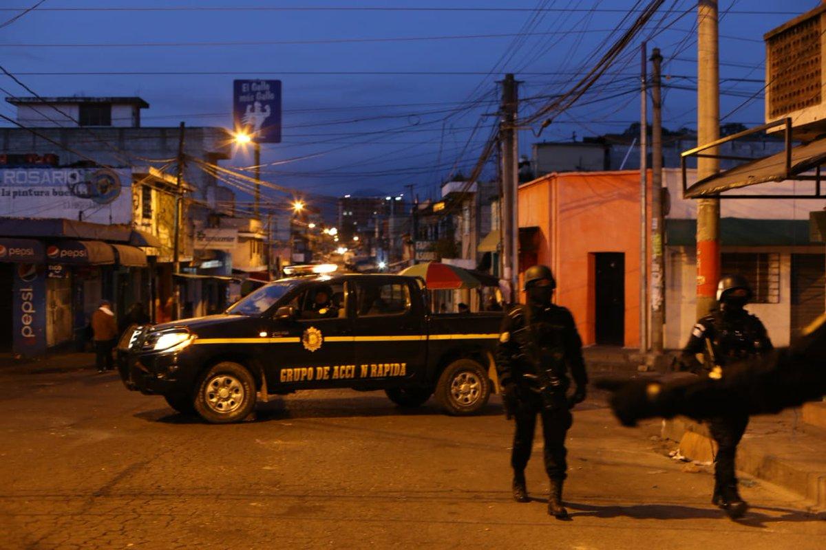 Agentes de la PNC hacen cateos en zonas rojas en busca de integrantes de pandillas. (Foto Prensa Libre: PNC)