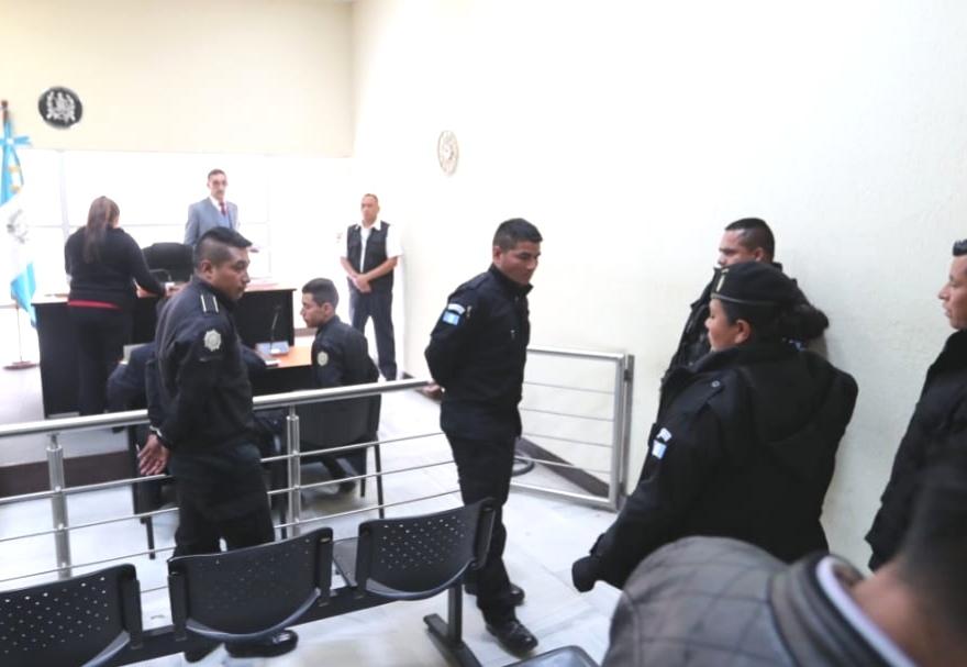 Los tres agentes de la PNC fueron procesados y enviados al Preventivo de la zona 18. (Foto Prensa Libre: Érick Ávila)