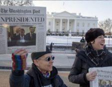 Ciudadanos muestran la edición falsa de uno de los diarios más antiguos de EE. UU. (Foto: Twitter /@washingtonpost)