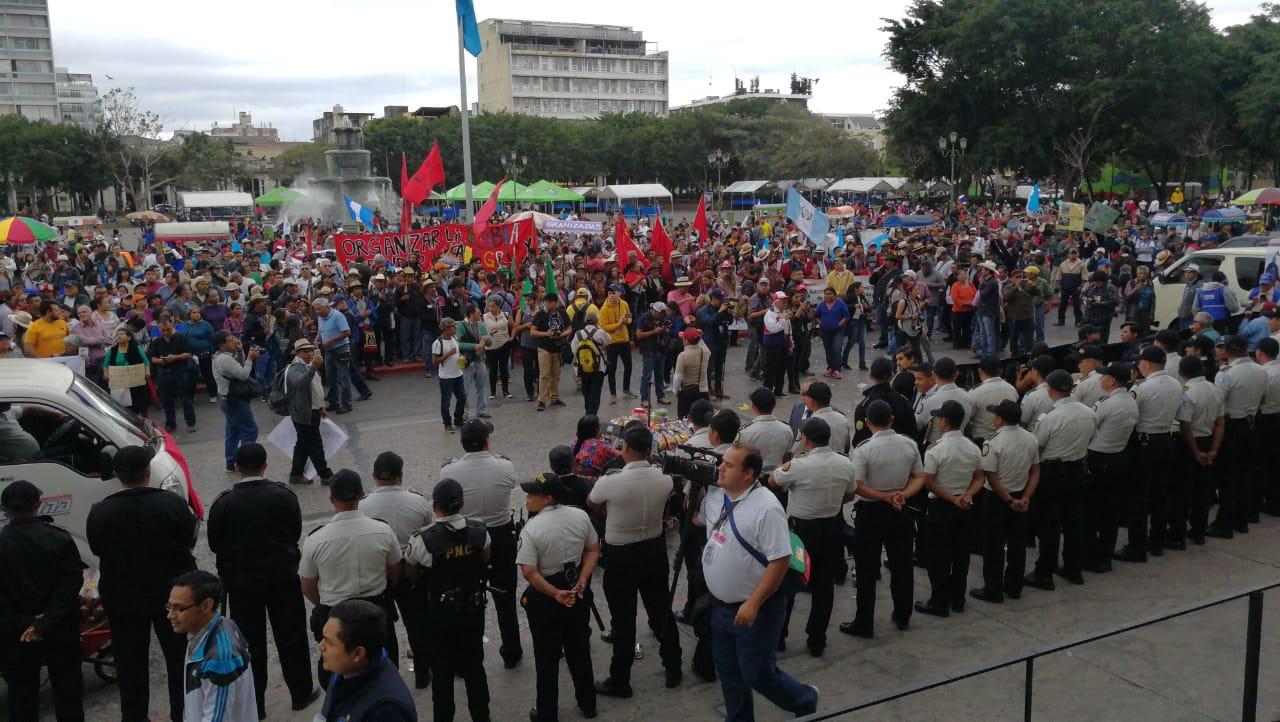 Manifestantes se reúnen en la Plaza de la Constitución en protesta contra las actuaciones de Jimmy Morales. (Foto Prensa Libre: Érick Ávila)