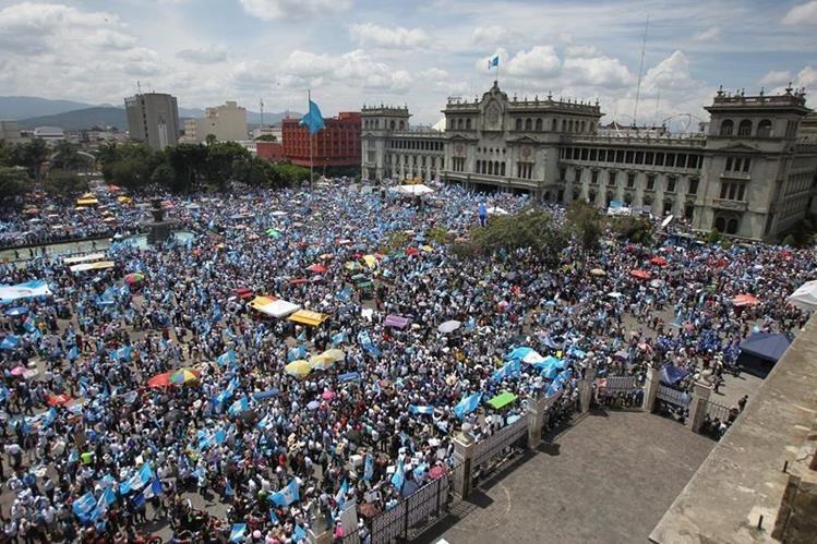Una protesta del 2015. Según los obispos, los hechos ocurridos recientemente riñen con las demandas ciudadanas que surgieron ese año. (Foto Prensa Libre: Hemeroteca PL)