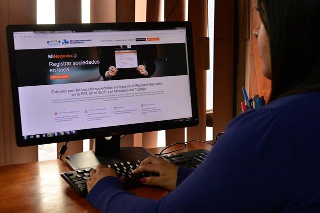 La emisión de patentes electrónicas y registro de empresas y comerciantes individuales en línea ampezó en el 2018. (Foto, Prensa Libre: Mineco).