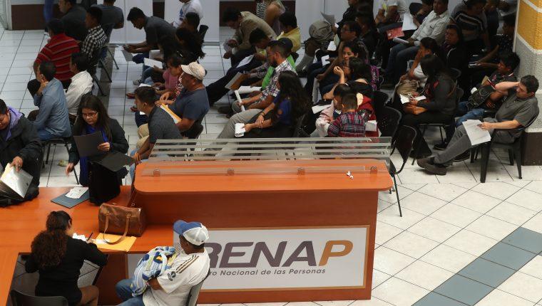 Guatemaltecos realizan trámites en las oficinas centrales del Registro Nacional de Personas ubicadas en la calzada Roosevelt. (Foto Prensa Libre: Esbin García)