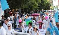 Luego que se aprobara un incremento para los médicos, las autoridades del Ministerio de Salud también se recetaron un aumento salarial tanto para el ministro y sus viceministros. (Foto Prensa Libre: Hemeroteca PL)
