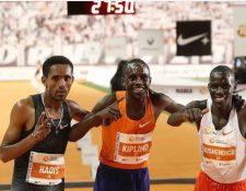 El ugandés Jacob Kiplimo (centro), vencedor en la San Silvestre Vallecana, junto al segundo, el etíope Abadi Hadís (i), y el tercero, el ugandés Mande Bushendich. (Foto Prensa Libre: EFE)