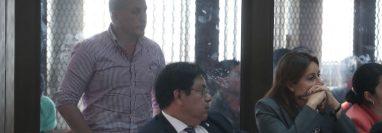 Sergio Urrutia - de pie-, durante la audiencia de primera declaración por un caso de violación, en octubre de 2018. (Foto Prensa Libre: Hemeroteca PL)