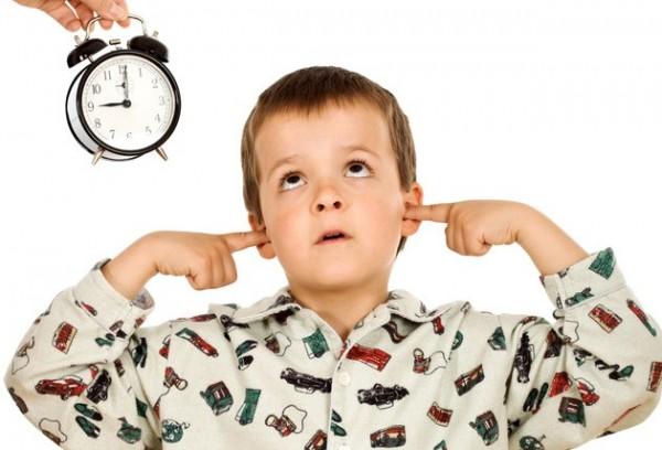Los padres deben establecer una rutina para que los niños vayan a dormir y se levanten temprano, pero dejar que ellos participen y se sientan comprometidos. (Foto Prensa Libre, tomada de thats-what-she-said.ca/)