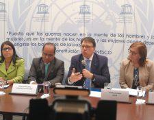 Representantes de Unicef, Naciones Unidas, Ministerio de Educación, Unesco, UNFPA y FAO conmemoraron el Día Internacional de la Educación en Guatemala. (Foto Prensa Libre: Ana Lucía Ola)