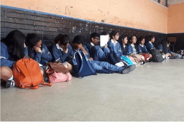 Estudiantes de Instituto de Aplicación Martínez Durán reciben clases en el piso, por falta de escritorios. (Foto Prensa Libre: Eslly Melgarejo)