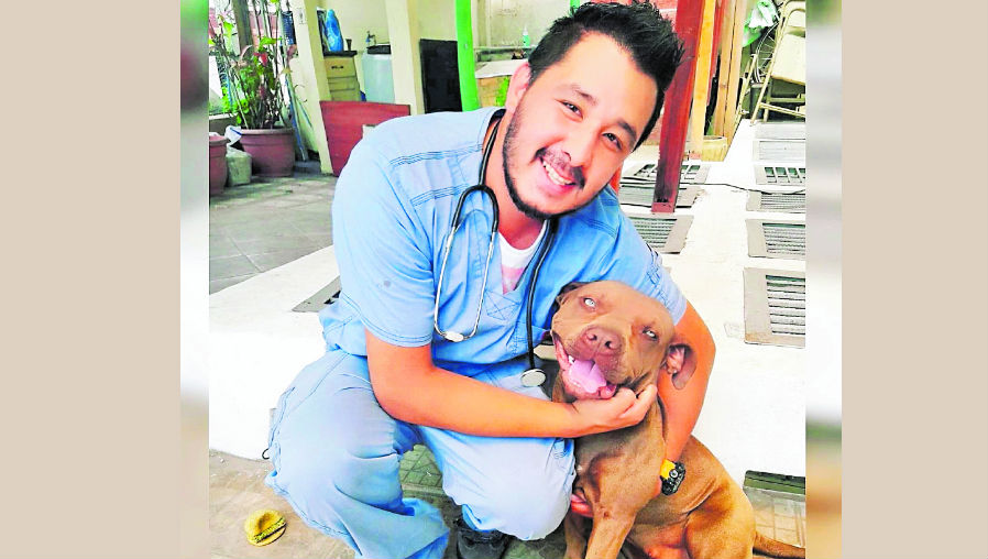 Pavel Mario René Matute inspecciona en el aeropuerto  de 40 a 60 animales a la semana, la mayoría son perros y gatos. (Foto Prensa Libre: Cortesía)