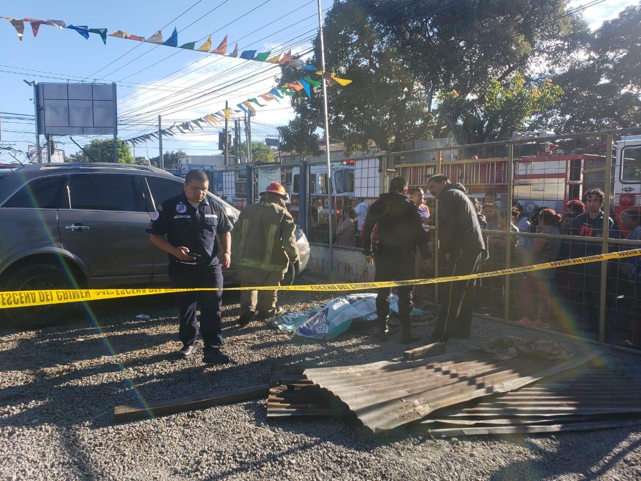 Bomberos rescataron el cuerpo sin vida de Víctor Manuel Duarte. (Foto Prensa Libre: PMT de Villa Nueva)