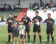 La cuarteta arbitral que participó en el juego del miércoles pasado entre Antigua GFC e Iztapa usó un sistema especial de comunicación  propiedad  del silbante Julio Luna —con el balón— (Foto Prensa Libre: Edwin Fajardo)