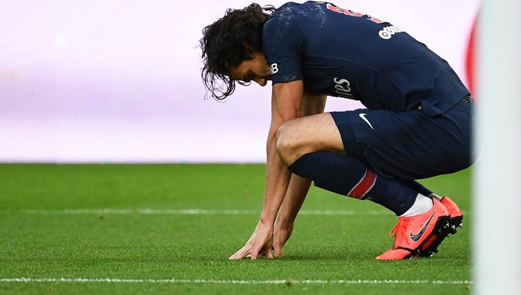 Paris Saint-Germain's Uruguayan forward Edinson Cavani reacts as he suffers an injury after scoring a goal during the French L1 football match between Paris Saint-Germain (PSG) and FC Girondins de Bordeaux at the Parc des Princes Stadium, in Paris, on February 9, 2019. - Edinson Cavani is likely to miss the first leg of Paris Saint-Germain's Champions League encounter with Manchester United, coach Thomas Tuchel told French television on February 10, 2019. (Photo by Anne-Christine POUJOULAT / AFP)