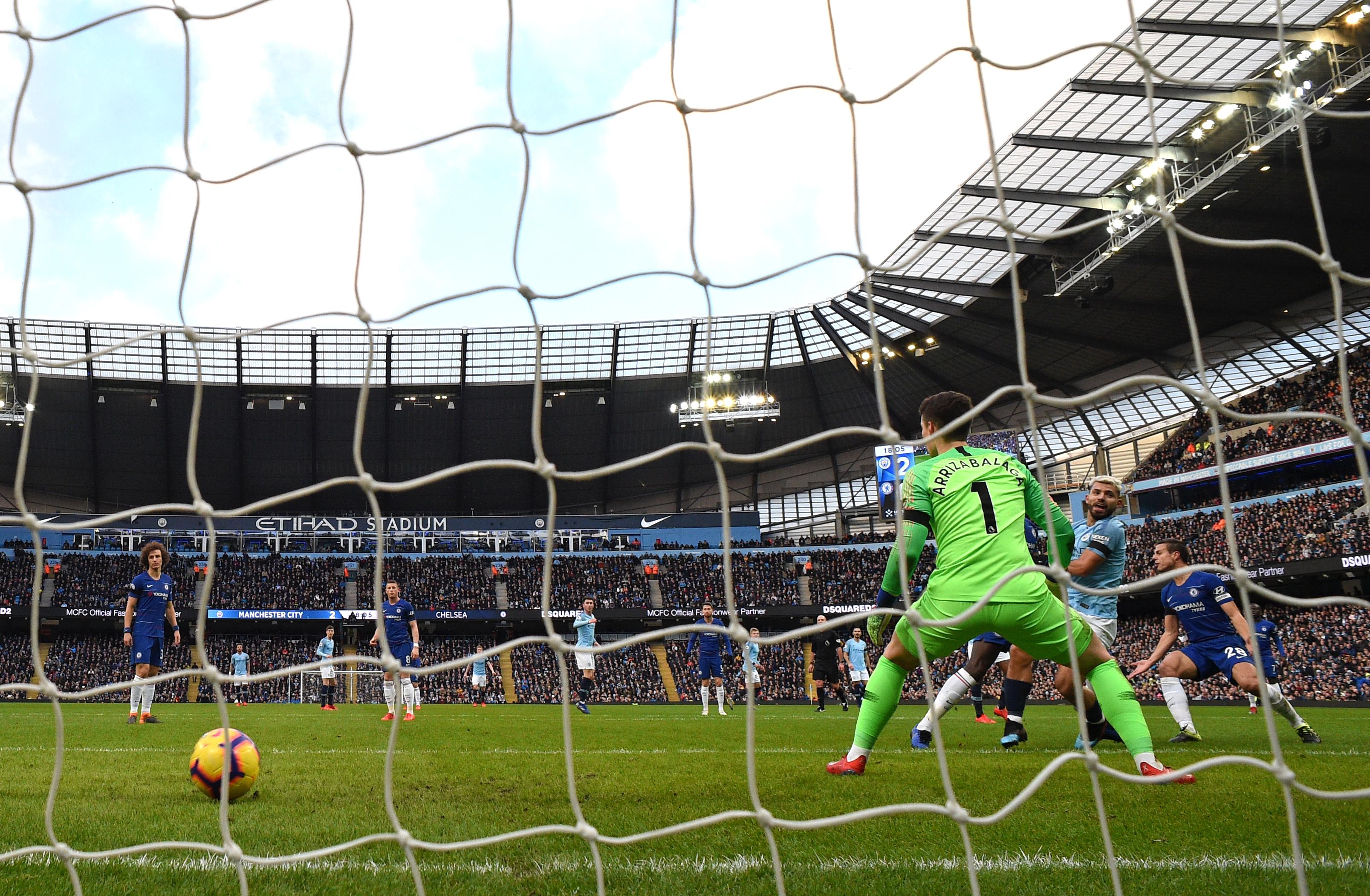 Con media docena de goles el Manchester CIty superó al Chelsea. Este fue uno de los goles de Sergio Agüero. (Foto Prensa Libre: AFP)