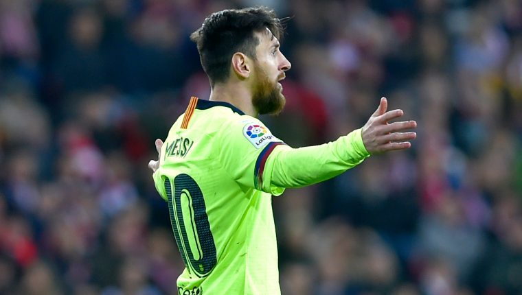 Barcelona's Argentinian forward Lionel Messi (L) gestures  during the Spanish league football match Athletic Club Bilbao against FC Barcelona at the San Mames stadium in Bilbao on February 10, 2019. (Photo by ANDER GILLENEA / AFP)