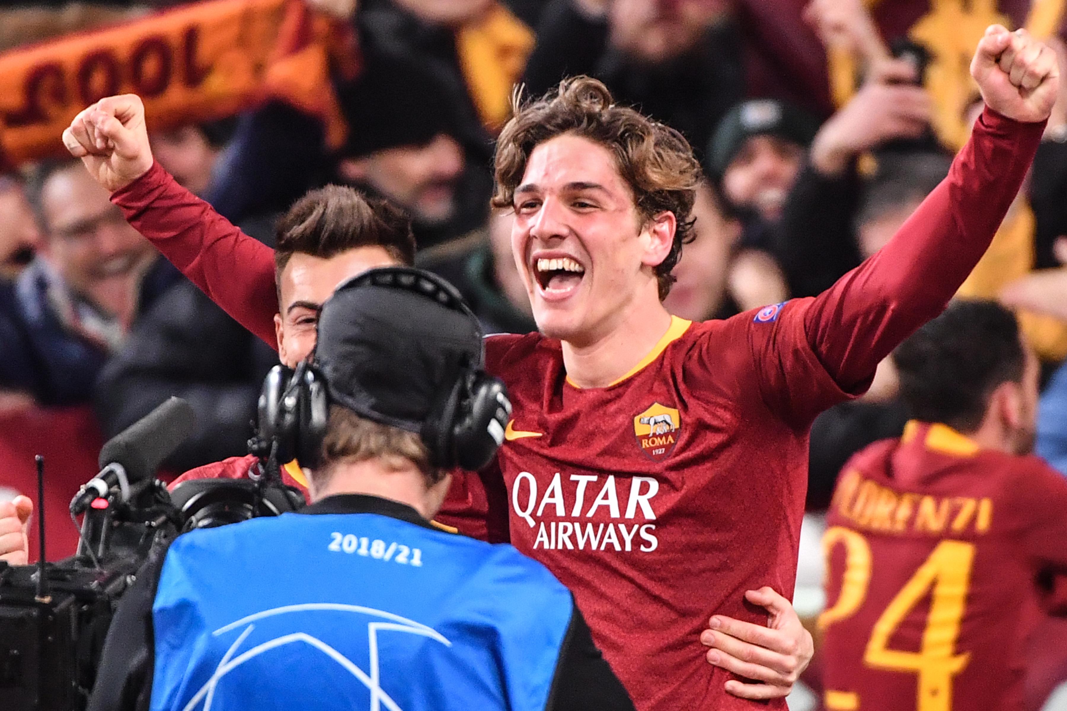 Nicolò Zaniolo celebra después de anotar su segundo gol en la victoria de la Roma 2-1 contra el Porto. (Foto Prensa Libre: AFP)