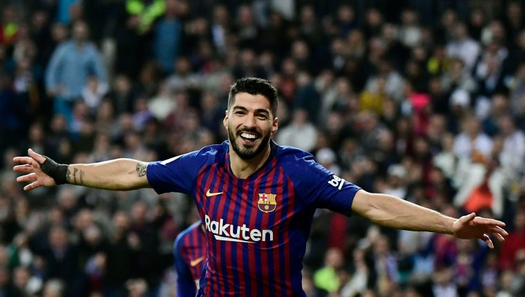 Barcelona's Uruguayan forward Luis Suarez celebrates his second goal during the Spanish Copa del Rey (King's Cup) semi-final second leg football match between Real Madrid and Barcelona at the Santiago Bernabeu stadium in Madrid on February 27, 2019. (Photo by JAVIER SORIANO / AFP)
