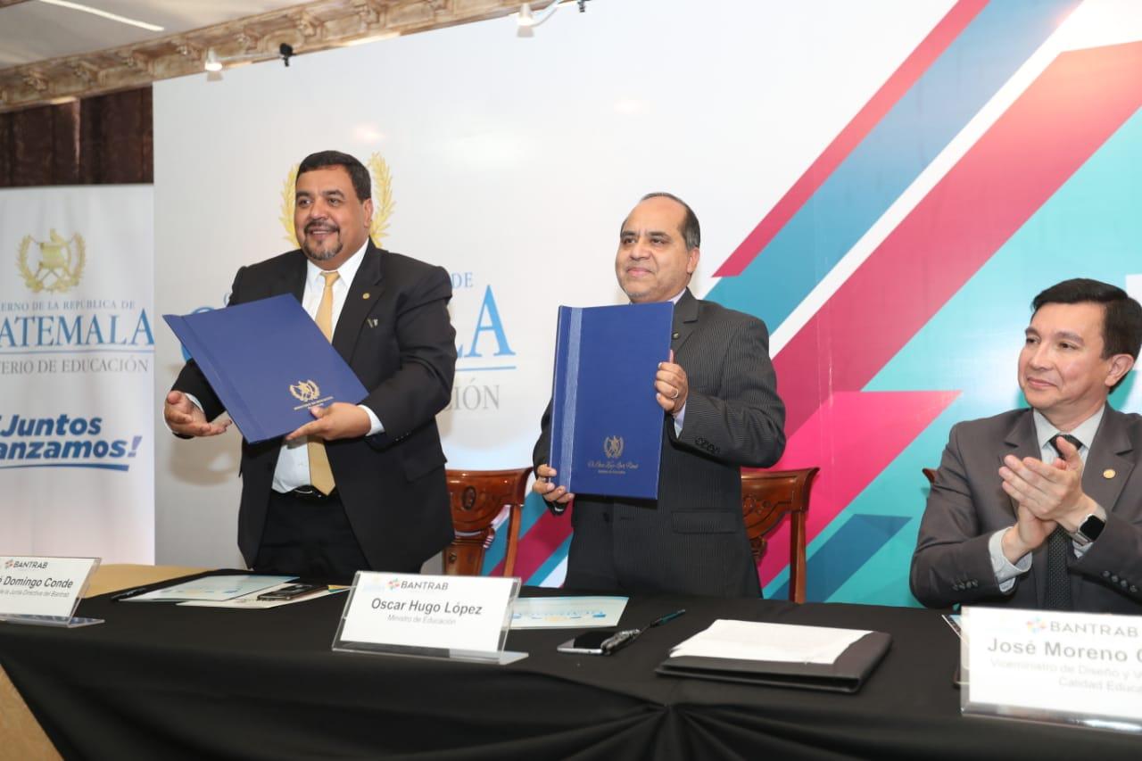 José Domingo Conde, presidente de la Junta Directiva de Bantrab, y el ministro de Educación, Óscar Hugo López, firmaron el convenio. (Foto Prensa Libre: Érick Ávila)