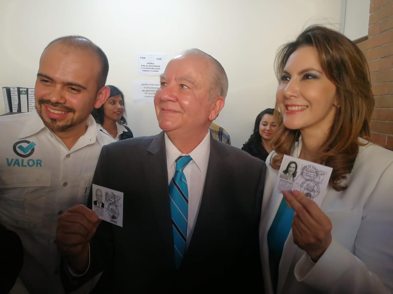Zury Ríos y Roberto Molina Barreto recibieron los documentos que los acredita como candidatos a la presidencia y vicepresidencia. (Foto Prensa Libre: Érick Ávila)