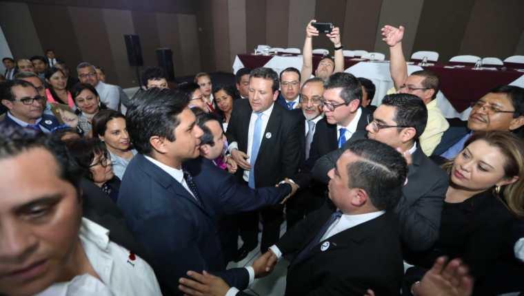 Stuardo Ralón estrecha la mano a Ovidio Orellana y lo felicita por haber ganado la presidencia del CANG. (Foto Prensa Libre: Esbin García)