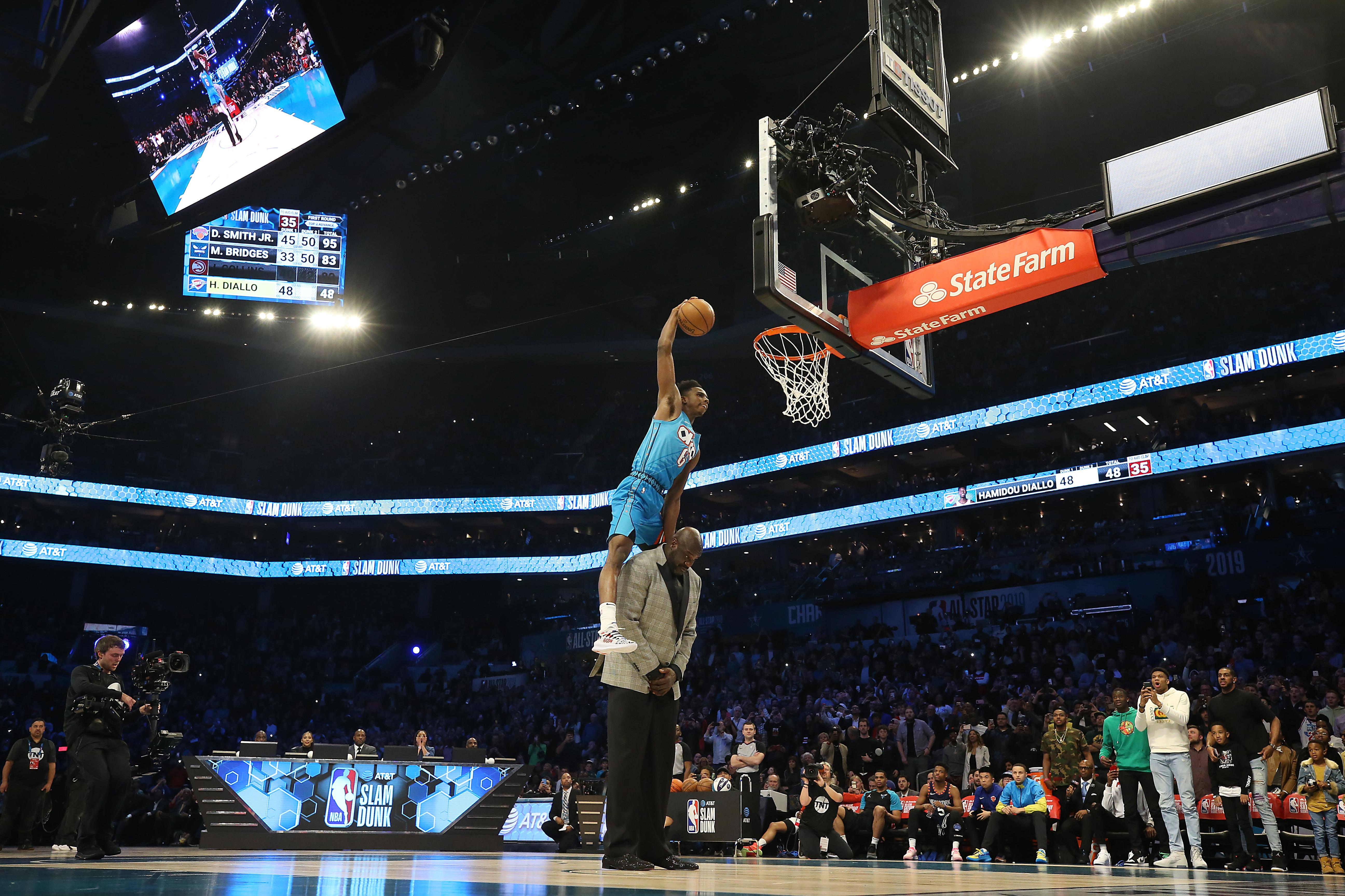 Diallo se robó el show en la semifinal con un espectacular salto sobre el ya retirado Shaquille O'Neal y quedó colgado en el aro. (Foto Prensa Libre: AFP)