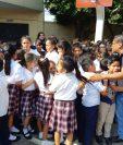 Estudiantes de la Escuela Oficial Urbana Mixta Numero 1 de Nuevo San Carlos, Retalhuleu, se ponen a salvo luego del sismo. (Foto Prensa Libre: Esaú Colomo)