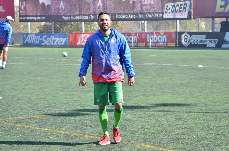 Carlos Kamiani lució sonriente en el entrenamiento de Xelajú luego de más de un mes de ausencia. (Foto Prensa Libre: Raúl Juárez)