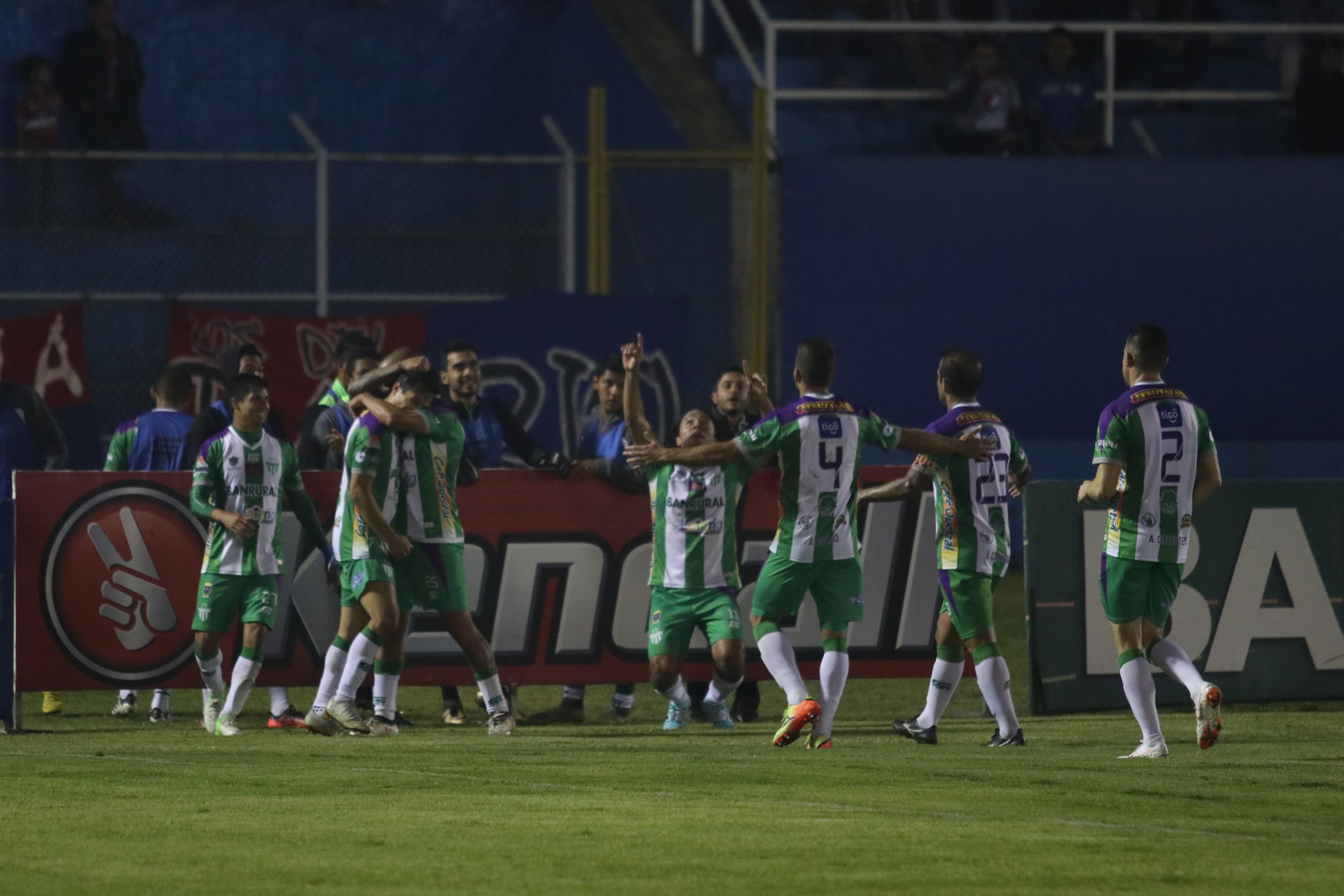 Agustín Herrera celebra con sus compañeros en el Mario Camposeco. (Foto Prensa Libre: Raúl Juárez)