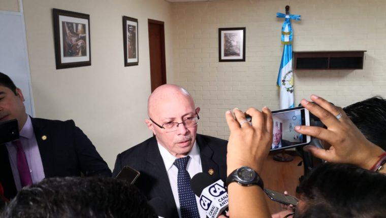 El director de Renap al sair de la citación en el Congreso con la Comisión de Relaciones Exteriores. (Foto Prensa Libre: Carlos Álvarez)