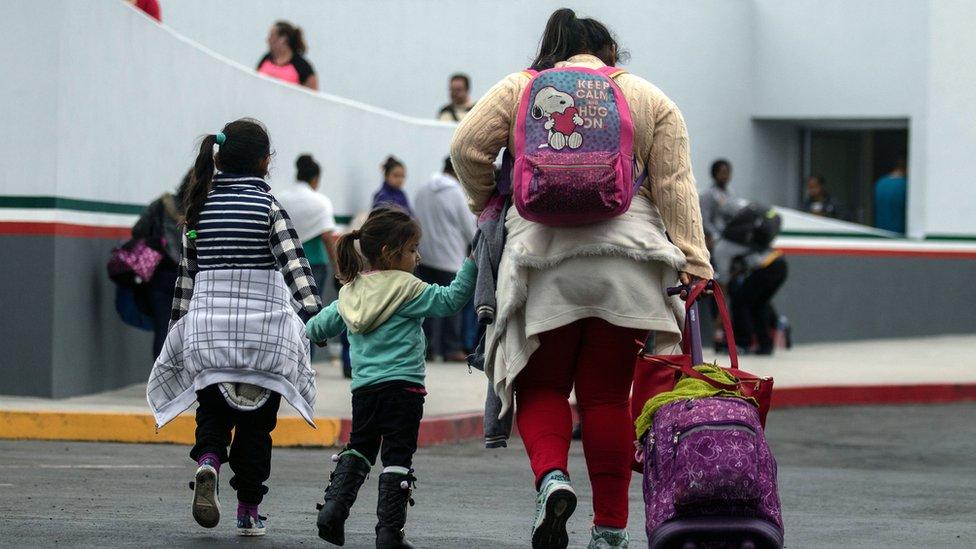 Muchos de los inmigrantes que intentan cruzar la frontera de México a Estados Unidos lo hacen acompañados de menores. (Foto Prensa Libre: Hemeroteca PL)