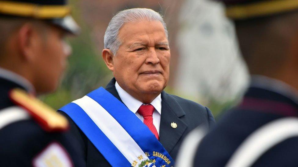 Elecciones en El Salvador: por qué Sánchez Cerén dejará el poder como el presidente peor valorado del país (y cómo influye en estos comicios)