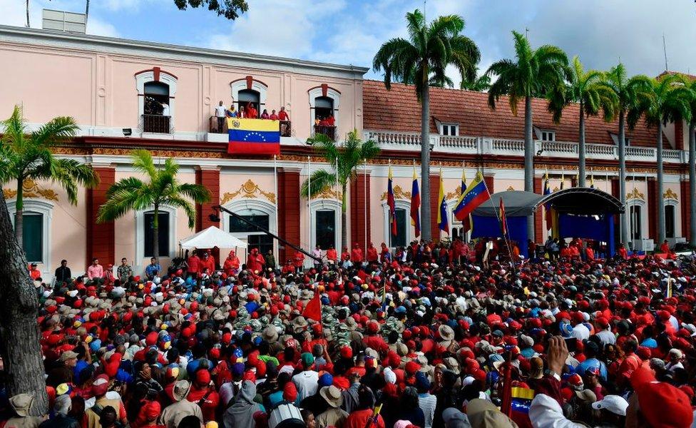Seguidores de Maduro celebran el reciente anuncio de ruptura de relaciones con Estados Unidos realizado por el mandatario, desde el balcón del Palacio de Miraflores.