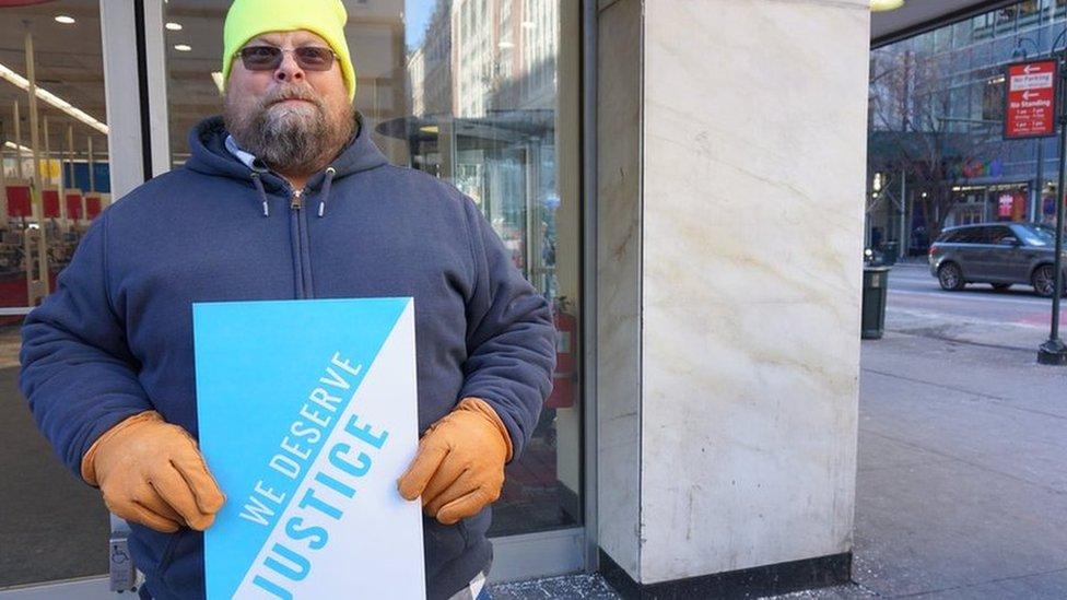Bruce Miller ha perdido su casa y su seguro de salud.