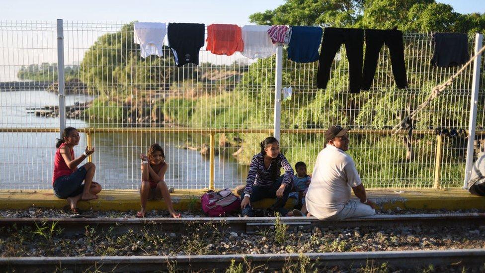 Miembros de la caravana de inmigrantes centroamericanos en el puente fronterizo entre Guatemala y México, en Tecún Umán, el 18 de enero.