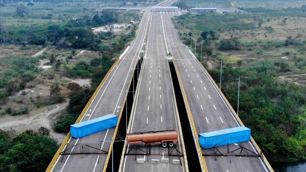El puente Las Tienditas tiene bloqueados todos sus carriles. AFP