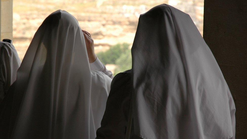 Las jóvenes que ingresaban a la orden religiosa eran sometidas a una manipulación mental y religiosa, para acosarlas y hacerlas sentir culpables.